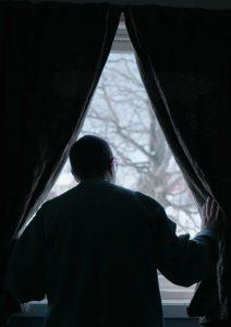 Fanget i friheten - Person ser ut vindu