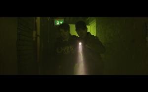 Kompis - To gutter med lommelykt i mørket