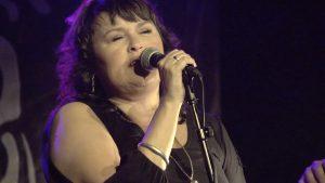 Suze - Dame som synger i mikrofon