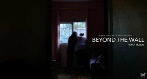 Over muren filmplakat - To jenter ser ut vinduet