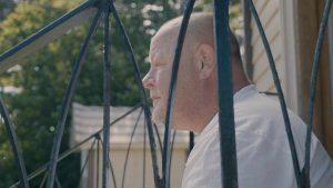 Usett Mann filmplakat - Mann som sitter på trappa