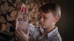 Klovn screenshot fra film. - Liten gutt som står med en flaske vodka