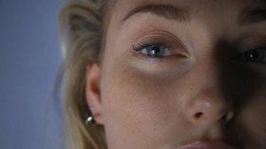 Kom du filmplakat - Nærbilde av øyet til en dame